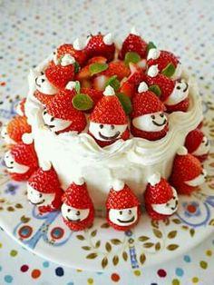 Bonequinhos de morango enfeitam o bolo de Natal.