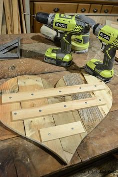 diy ideen mit paletten wanddeko ideen diy ideas with palette wall decoration ideas Wooden Pallet Projects, Pallet Crafts, Pallet Ideas, Wood Crafts, Diy Crafts, Wooden Hearts Crafts, Decor Crafts, Into The Woods, Recycled Pallets
