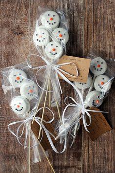 christmas snacks Oreo Snowmen at janemaynard Christmas Deserts, Christmas Food Gifts, Homemade Christmas Gifts, Noel Christmas, Christmas Goodies, Holiday Treats, Christmas Baking, Homemade Gifts, Christmas Crafts