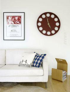 FIN BLANDING: Lys innredning med italienske og skandinaviske møbler. Klokken er fra italienske Morphos, og sofa fra Eilersen.