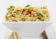 Relish the taste of Singapore Cuisine with the easy to make Singapore Noodles with Vegetables. Try this family recipe today. Vegetarian Stir Fry, Vegetarian Curry, Vegetarian Recipes, Chow Mein, Singapore Noodles Recipe, Butternut Squash Curry, Tomato Vegetable, Yummy Food, Tasty
