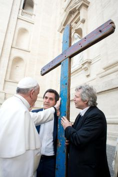 Pape François - Pope Francis - Papa Francesco - Pope Francis Blesses Cross Made From Migrant Boats