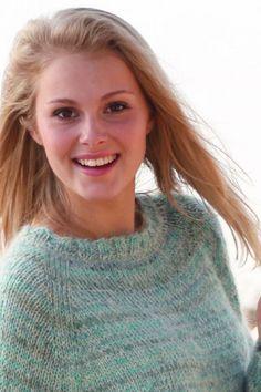 Der strikkes med 3 garnkvaliteter (den ene er en tynd sølvtråd) på en gang for at få det smukke farvespil. Raglansweateren strikkes ovenfra og ned, og du kan vælge mellem 6 størrelser fra S til XXXL. Læg mærke til, at modellen går ned i en klædelig bue om bagdelen Ene, Knit Crochet, Turtle Neck, Warm, Pullover, Knitting, Sweaters, Tops, Women