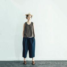 ────────ONLINE new item  i c h i / Cotton typewriter cloth Pants  シャリ感が気持ちいいタイプライター地のパンツ。 裾にかけて程よくテイパードがかったシルエットがきれいなボトム。 今から真夏は、裾を軽くロールアップして素足にに、スニーカーやローファースタイルがおすすめ! トータル的なバランスをまとめてくれるパンツです :) i c h i  SS16 / style 010 Lovely style  #ichi_clothes