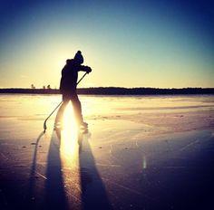 Pond hockey at sunset. looks so good! Hockey Mom, Hockey Teams, Hockey Players, Hockey Stuff, Backyard Ice Rink, Quotes Girlfriend, Inline Hockey, Hockey Pictures, Wall Pictures