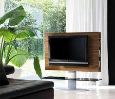 Accessori e complementi TONIN CASA porta tv modello Cortes. Porta tv in legno con struttura in metallo, finitura alluminio e vetro temperato. Disponibile in diverse finiture. Cortes permette di avere lateralmente anche uno spazio per contenere i dvd e un appoggio in vetro per i diversi dispositivi.