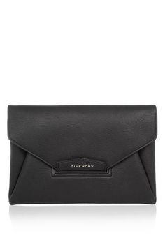 Givenchy - Antigona envelope clutch in black grained leather Givenchy Antigona, Mini Handbags, Purses And Handbags, Classic Handbags, Black Magic Woman, Envelope Clutch, Back To Black, Clutch Purse, Shopping