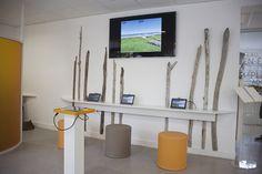 L'intérieur de l'Office de Tourisme. Il y a 4 iPads à disposition du public, ainsi qu'un iPad relié à un écran plasma pour permettre à tous de voir les panoramas à 360° de Biscarrosse
