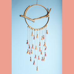 Connaissez-vous les dreamcatchers ? Objet symbolique d'Amérique latine, il s'agit d'un cercle avec un tissage de fils au centre et des plumes et grigris accrochés autour. Comme son nom l'indique, le dream catcher ou attrape-rêve est chargé de filtrer vos songes pendant la nuit. Accroché au dessus de votre lit, il gardera prisonniers vos cauchemars et ne laissera passer que les doux rêves ! Détournez un cercle à broder pour réaliser un joli attrape-rêve.