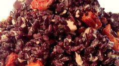 Insalata di riso venere integrale con tonno, olive e pomodori secchi