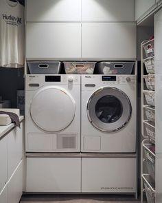 • Husmors drøm 🤩 • ••• • Og husfar selvfølgelig! Hvem vasker klærne hos dere? Her er det meg 🙋♀️ men bare fordi jeg vil selv. Jeg liker å… Ikea Laundry, Laundry Room, Dere, Work Surface, Mega Man, Modern Kitchen Design, Washing Machine, Home Appliances, House Appliances