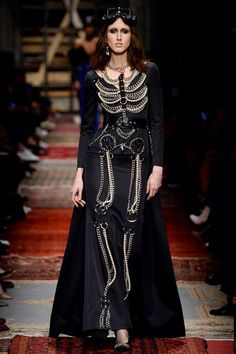 Défilé de prêt-à-porter Moschino automne 2016 Moschino Fall 2016 Ready-to-Wear Fashion Show This is Funny and suddenly it let us forget all the skulls creapyness seen from 2004 onwards ( Thanks mcqueen & tons of imitators! Dark Fashion, Gothic Fashion, Boho Fashion, High Fashion, Fashion Show, Fashion Tips, Fashion Design, Winter Fashion, Skull Fashion