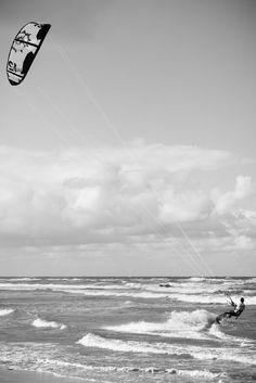 Der Hintergrund kann bei der Aufnahme von Sportlern wichtig sein, um bestimmte Stimmungen und Emotionen zu vermitteln. Sportfotografie- Erika van der Veen. Einige Techniken für Sportfotos zeigt euch Fotos fürs Leben unter http://www.fotos-fuers-leben.ch/fotokurs/event-fotografie/sportfotos-schnell-und-dynamisch/ #sportbilder #surfen