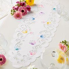 Puro lino bianco disegnato per realizzare il runner da tavola ad intaglio con motivo floreale