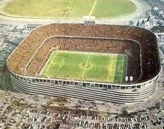 Stadion pełen ludzi ogląda widowisko piłkarskie • San Siro w latach siedemdziesiątych wyglądał właśnie tak • Wejdź i zobacz więcej >> #sansiro #football #soccer #sports #pilkanozna