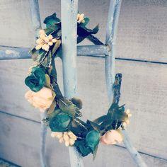 Diadema de flores en tonos verdes #diadema #diademadeflores  #tocados #tocado #tocadodeflores #madewithlove #madrid #london #pulseras #hechoamano #hechoconamor #arte #artesania #bolsodefiesta #florespreservadas #flores #estilo #bohochic #accesoriosdemoda #accesoriosparamujer #instagood #instagram #instapic #madeinspain #coronadeflores #flores #florespreservadas #headpiece #headband #flowerstagram #flowersheadband #millienary