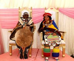 Umembeso With The Bride In A Hand Painted Umgwalo Dress 2019 African Wedding Attire, African Attire, African Dress, African Traditional Wedding Dress, Traditional Wedding Decor, Traditional Dresses, African Beauty, African Fashion, South African Weddings