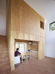 建築師畑友洋在京都建了一棟名為「Belly House」的私宅,獨特的隔間營造出屋中屋的感覺,人們彷彿在大樹軀幹內爬上爬下生活著;木質感的居家空間沐浴在充足的自然光內,和諧、平靜而溫馨。 via hata-archi.com