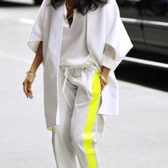 Love the stripe of yellow in this all-white outfit. http://2dehandslifestyle.be/2013/06/30/1902/