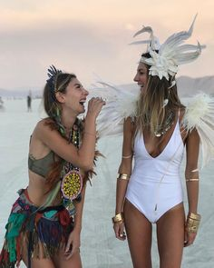 Burning Man people gather for the annual Burning Man arts and music festival in the Black Rock Desert of Nevada. Burning Man Festival is one Burning Man Style, Burning Man Mode, Burning Man 2017, Burning Man Girls, Burning Man Art, Burning Man Makeup, Burning Man Costumes, Burning Man Outfits, Festivals