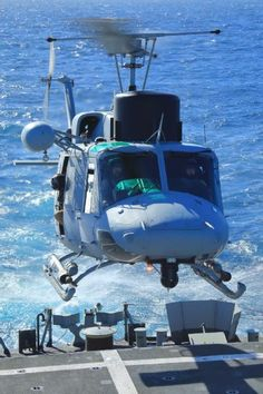 AB-212 modernizado sobre cubierta de vuelo. Bell 212, Military Helicopter, Helicopters, Fighter Jets, Aircraft, Spanish Armada, Lineman, Soldiers, Boats