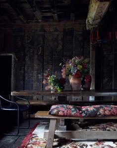 Tumma paneloitu ruokailuhuone Tapestry tyyli kangasta ja matto