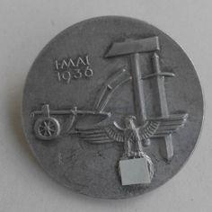 Német kitűző 1936.  A munka ünnepére adták ki.  Anyaga: ötvözet.  Legnagyobb méret: 3,5 cm