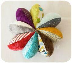 Balle de préhension à quartiers - Aurélia B Sewing For Kids, Baby Sewing, Diy For Kids, Crafts For Kids, Baby Couture, Couture Sewing, Creation Couture, Infant Activities, Baby Crafts