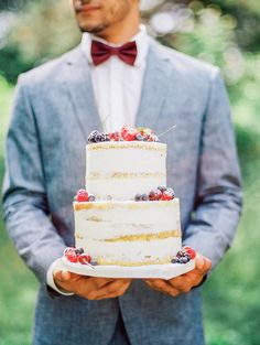 Berry detailed naked cake: http://www.stylemepretty.com/canada-weddings/ontario/toronto/2015/09/09/picnic-in-the-park-bohemian-wedding-inspiration/ | Photography: Julia Park - http://www.juliapark.ca/