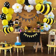 Sunflower Birthday Parties, Baby Girl Birthday Theme, Sunshine Birthday Parties, Bumble Bee Birthday, Baby Shower Deco, Baby Shower Themes, Baby Shower Desserts, Bee Party, Bee Theme