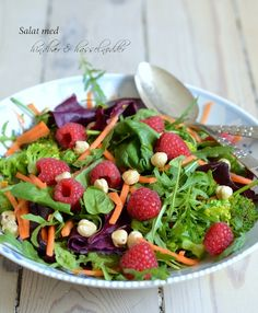 Salat med hindbær & hasselnødder