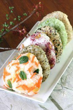 Vegan Onigiri, Seis maneras - Estas caprichosas triángulos de arroz japonés se puede aromatizar con una multitud de ingredientes y hacer una gran comida para llevar o traer a lo largo de un picnic de primavera.