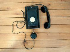 Téléphone mural noir en bakélite, fourni par les PTT ( ladministration publique française responsable des postes et des télégraphes, puis des téléphones, aux XIXe et XXe siècles) en 1961. Ce téléphone permet de recevoir des appels mais ne permet pas de composer. Il provient dune cabine téléphonique dhôtel. Donnez un style vintage à votre intérieur avec ce téléphone mural en bakélite!  CONDITIONS : bon état vintage, quelques traces dusures normales.   Cet article sera très soigneusement…