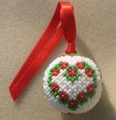 Je continue avec mes décorations de Noël. Voici un ensemble coeur constitué d'une boule et d'un petit panier. Merci à Alice et Zabou pour l'idée ;) Tout d'abord la boule : Le panier, il faudra que je mette un fil plus rigide pour l'anse car pour le moment,...