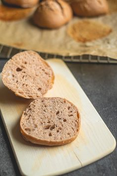 WBD 2020 – Sauerteig Brötchen mit Ruchmehl und Emmervollkorn – Bei Freunden Bread Baking, Bakken, Brot, Play Dough, Food Portions, Baking