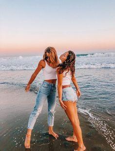 ✰彡 𝓑𝓱𝓪𝓿𝔂𝓪 𝓐 彡✰ ✰彡 𝓑𝓱𝓪𝓿𝔂𝓪 𝓐 彡✰ Source by klarapape goals bff Cute Friend Pictures, Best Friend Pictures, Bff Pics, Cute Friends, Best Friends, Beach With Friends, Friend Beach Poses, Friends Shirts, Friends Forever