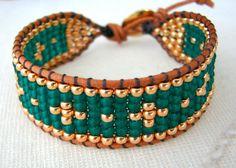 Ce bracelet de pellicule de métier à tisser perle fait à laide de vert émeraude et galvanisé or perles japonaises et cuir brun naturel. Les perles sont tissés entre deux morceaux de corde de cuir et se termine par un fermoir bouton or. Dimensions : Ce bracelet est de 0,8 pouces (2 cm) de large. Ce bracelet est de 6,25 pouces (15,9 cm) de long et est réglable à 7 pouces (17,8 cm). Veuillez mesurer votre poignet pour sassurer que le bracelet sadaptera. Pas tout à fait ce que vous cherchez ?…