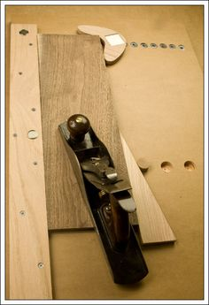 Hand planing Jig Boomerang shaped planing stop is a great idea