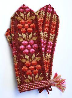 Kainuun kukkalapaset, punainen e Taito Pikanmaa Knitted Mittens Pattern, Knit Mittens, Knitted Gloves, Knitting Stitches, Knitting Patterns, Crochet Patterns, Fingerless Mittens, Wrist Warmers, Fair Isle Knitting