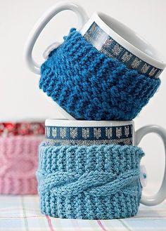 O cachecol que todo mundo faz nas primeiras aulas de tricô não precisa chegar a 1 m de comprimento se o seu objetivo for cobrir uma caneca. Fica perfeito para um chocolate quente. Produção de Juliana Franchini
