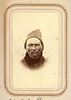 Porträtt av Stina Larsdotter Rim, 30 år, Sjokksjokk. Ur Lotten von Dübens fotoalbum med motiv från den etnologiska expedition till Lappland som leddes av hennes make Gustaf von Düben 1868.