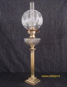 """Lampada  da tavolo Francese con  colonna in otone,   base e capitello in bronzo;  Serbatoio in Cristallo  lavorazione """" twisted """";  Bruciatore ODIN - ELITE BRENNER ( CARL HOLY - BERLINO ); Paralume globo con decorazioni acidate."""