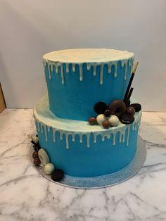 Tarta buttercream con dripp de chocolate blanco. Chocolate Blanco, Cupcakes, Desserts, Food, Fondant Cakes, Lolly Cake, Candy Stations, Cookies, Tailgate Desserts