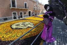 """An article about how El día de los muertos is celebrated in Mexico, includes verbs in the present tense. This ties into the question, """"How are the traditions and families of Mexico similar and different from those in the United States?""""  Unit 3, 100/Gramática."""