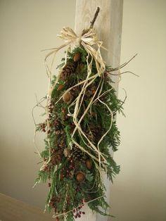 DIY初心者さんにおすすめなドア飾り「スワッグ」。スワッグとは、伝統的なクリスマス飾りのひとつです。ここ数年、日本でも人気になっていますよね。ドイツ語で「壁飾り」という意味を持つスワッグは、材料を束ねて吊るすだけというとってもシンプルで簡単なドア飾りです。 (3ページ目)