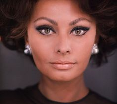 Love this classic look of Sophia Loren. her brows are sketched one hair at a time. the eye makeup and lip. Carlo Ponti, Maquillage Sophia Loren, Sophia Loren Makeup, 70s Makeup, Hair Makeup, Iconic Makeup, Eyeliner Makeup, Vintage Makeup, Vintage Hair