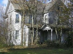 Lovely old home Abandoned Castles, Abandoned Mansions, Abandoned Places, Old Buildings, Abandoned Buildings, Creepy Old Houses, Haunted Houses, Ghost House, Dark House
