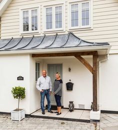 Jon and Sheila Osborne outside their remodelled New England-style house – Home decoration ideas and garde ideas House Cladding, Exterior Cladding, Home Exterior Makeover, Exterior Remodel, House With Porch, House Front, Building A Porch, Building A House, Building Ideas