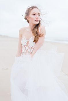 EMANUEL HENDRIK | Brautkleid: NAME | Model: Johanna Vorrath | Fotograf: Laboda | Hochzeitskleid / Wedding Dress - Hochzeit / Wedding - Düsseldorf & München / Duesseldorf & Munich - Handgefertigt / Handmade - Holland - Zeeland - Strand / Beach - Strandhochzeit / Beach Wedding - Body - Spitze - Rock - Tüll - Tüllrock