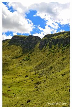 Imposante Brèche de Roland, au pied du puy Mary, au coeur du strato-volcan cantalien, vu depuis la route qui redescend sur le col d'Eylac